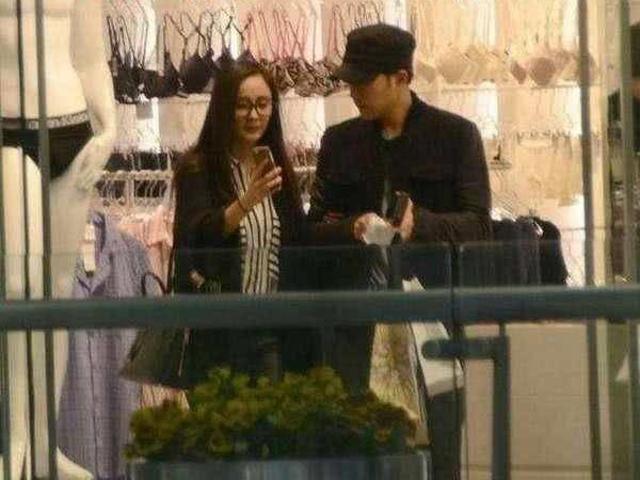 Sự thật Lưu Khải Uy và Dương Mịch dù ly hôn nhưng vẫn cùng đi mua đồ cho con gái