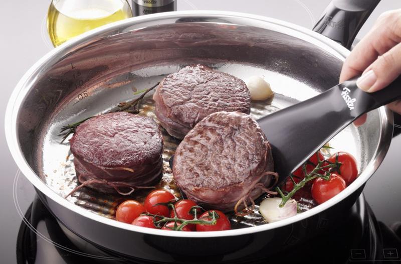 Khi phát hiện ra mùi khét, cần tắt bếp ngay lập tức. Sử dụng găng tay khi nhấc nồi thức ăn đang nóng ra khỏi bếp để thức ăn không bị cháy thêm.