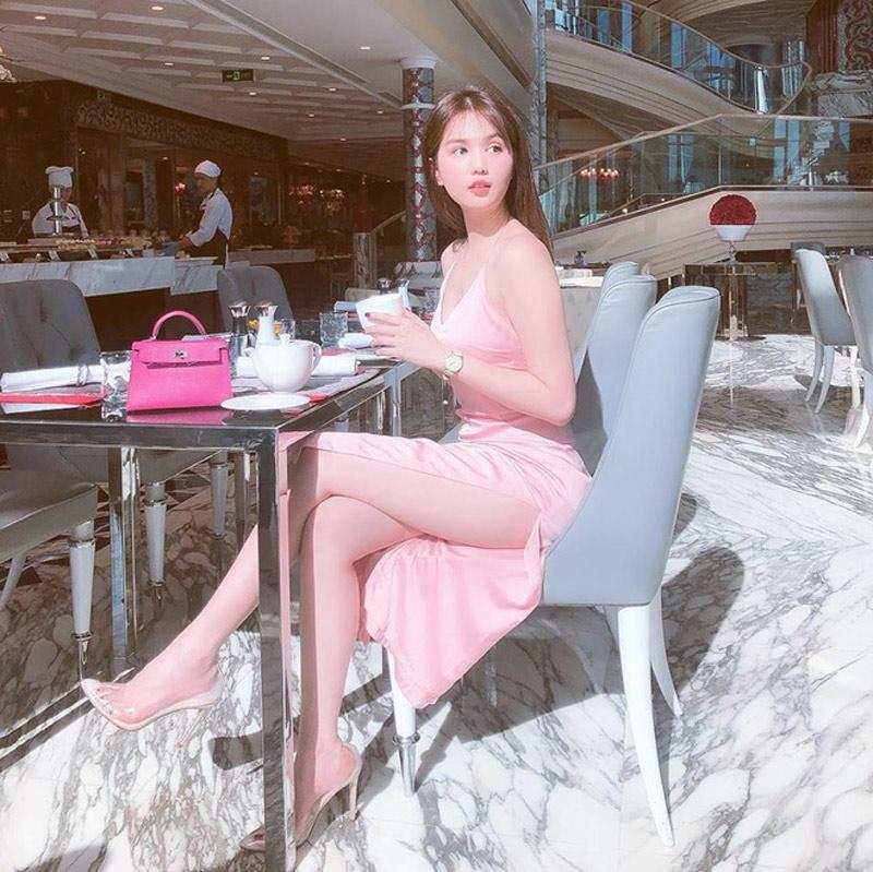 Đã bước sang tuổi 30 nhưng Ngọc Trinh vẫn trung thành với màu hồng, đây là một trong những gam màu mà nữ hoàng nội y yêu thích nhất.