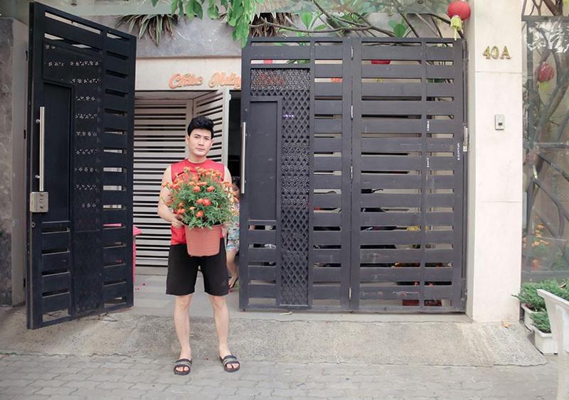 Cách đây ít tháng, Quách Thành Danh bất ngờ hé lộ căn nhà mới của mình. Anh cho biết, căn nhà mới mua tặng vợ con có diện tích sử dụng 500m2, toạ lạc tại khu dân cư ở quận 7, TP.HCM.