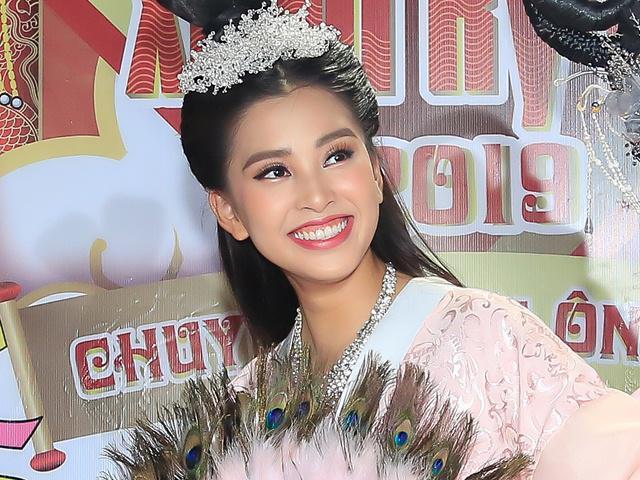 Hoa hậu Tiểu Vy gây tò mò khi bất ngờ đóng Táo Xuân Kỷ Hợi 2019