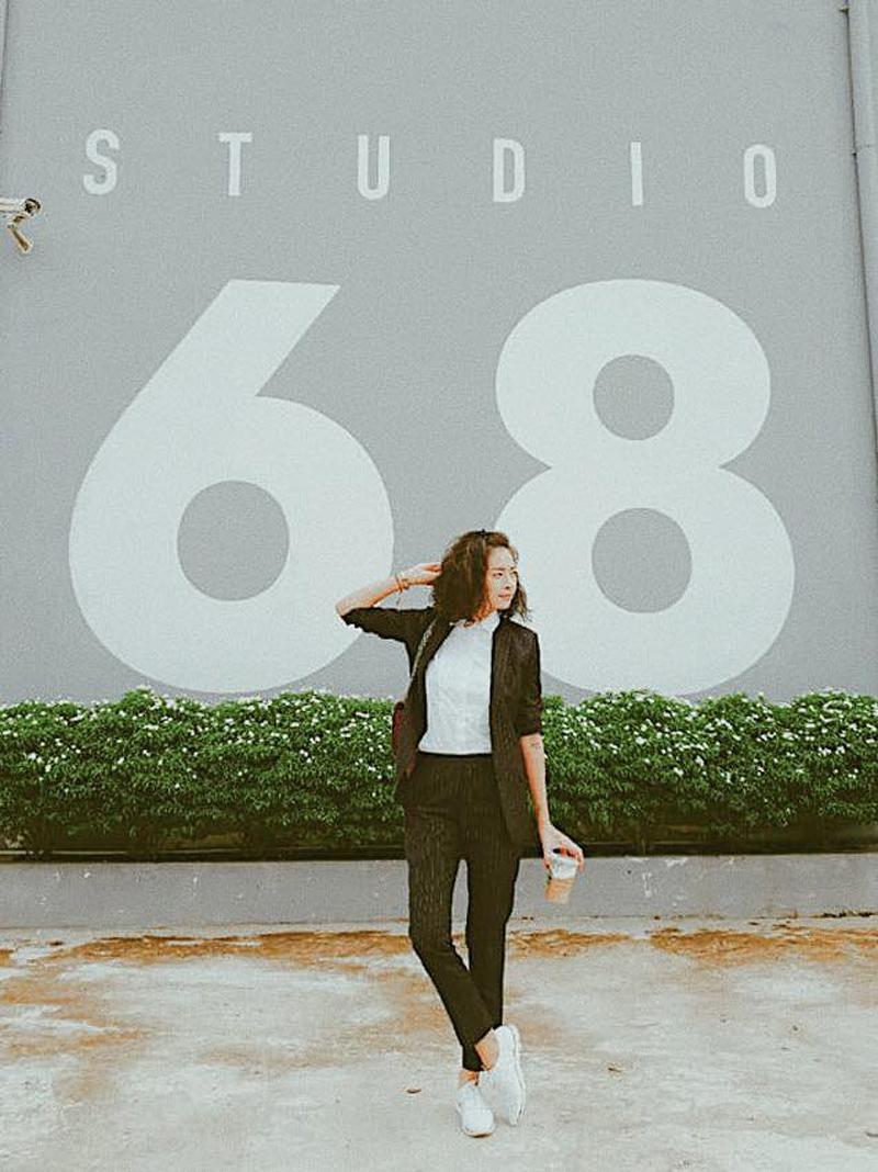Thứ 2 của đả nữ Ngô Thanh Vân là một set đồ khá chỉn chu và mang phong cách tối giản đúng với gu thời trang của cô. Bộ suit đen năng động đối lập với áo thun và giày sneaker trắng tạo nên sự tương phản ấn tượng mà vẫn đầy thanh lịch.