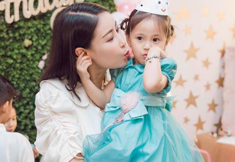 Hoa hậu cũng thường xuyên cho con gái tham dự sự kiện cùng bố mẹ, đưa bé đi du lịch để trải nghiệm, khám phá.