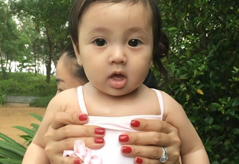 Huỳnh Viann có đôi mắt tròn, gương mặt dễ thương và thân hình mũm mĩm đáng yêu.