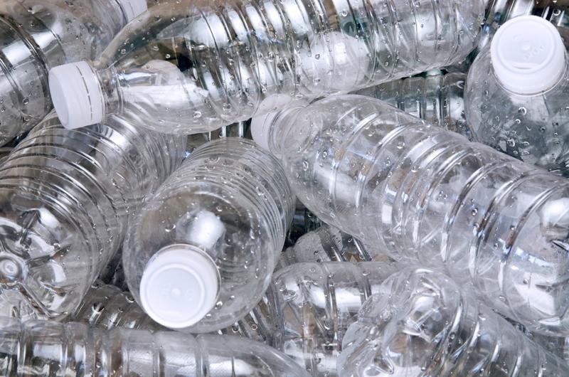 Năm 2000, chất adipat dietyhexyl (DEHA) trong chai nhựa được cho làchất gây ung thư. Tuy nhiên, theo Hiệp hội Ung thư Hoa Kỳ, DEHA không phải lúc nào cũng có trong chai nhựa đựng nước.