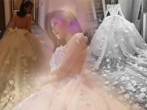 Lấy chồng doanh nhân, hotgirl đình đám một thời Vbiz diện váy cưới 999 đoá hoa hồng độc đáo!