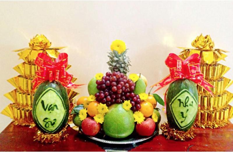Nếu muốn bày hoa và bánh kẹo chỉ nên để bên cạnh mâm ngũ quả mà thôi.