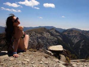 Mặc bikini đi leo núi giữa trời lạnh, ngôi sao MXH nhận cái kết thảm khốc