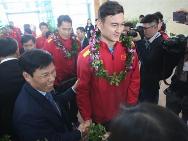Bất ngờ với lời nói đầu tiên của Đặng Văn Lâm khi vừa về đến Việt Nam