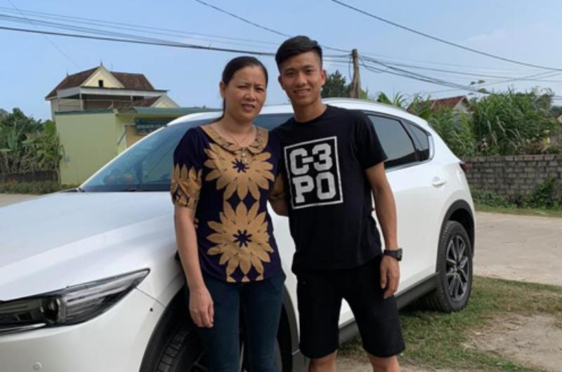 Sau khi tuyển Việt Nam về nước, tiền vệ Phan Văn Đức đã về quê Nghệ An từ chiều 29/1 (tức 24 Tết) nhưng lại lặng lẽ đến một cửa hàng ô tô ở thành phố Vinh để mua một chiếc 4 chỗ.