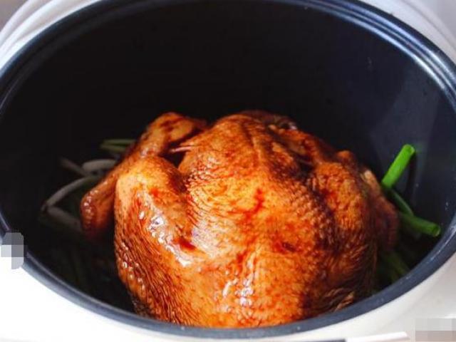 Không cần nước hay dầu ăn, cho thịt gà vào nồi cơm điện được ngay món nướng ngon thế này