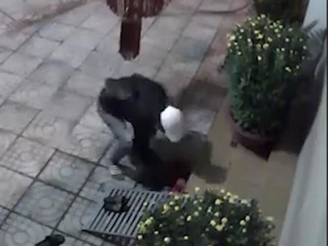 Lạ lùng tên trộm đi rình mò rồi chỉ chôm một đôi dép và tẩu thoát cực nhanh