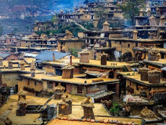 Ngôi làng kỳ lạ với hơn 800 ngôi nhà thông liền nhau