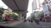 Xe máy chạy tốc độ cao, tông thẳng vào người phụ nữ bế con sang đường