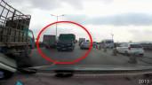 Xe tải ngang nhiên chạy ngược chiều giữa 2 hàng xe trên cầu Thanh Trì