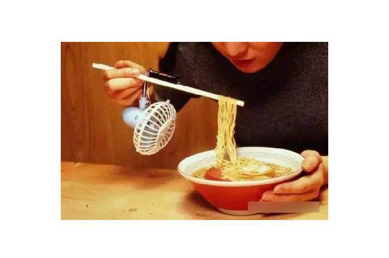 Còn đây là cách ăn mì tôm đậm chấtNhật Bản.