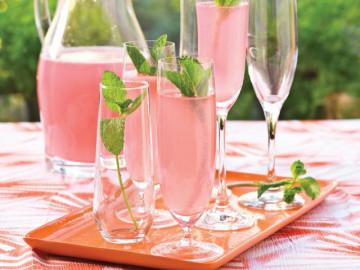 Những ly cocktails màu hồng cho bữa tiệc của những cô tiểu thư điệu đà