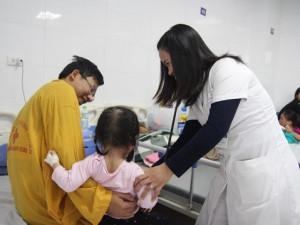 Hàng loạt trẻ mắc cúm nhập viện, bác sĩ chỉ rõ 4 sai lầm khiến bệnh càng nặng hơn