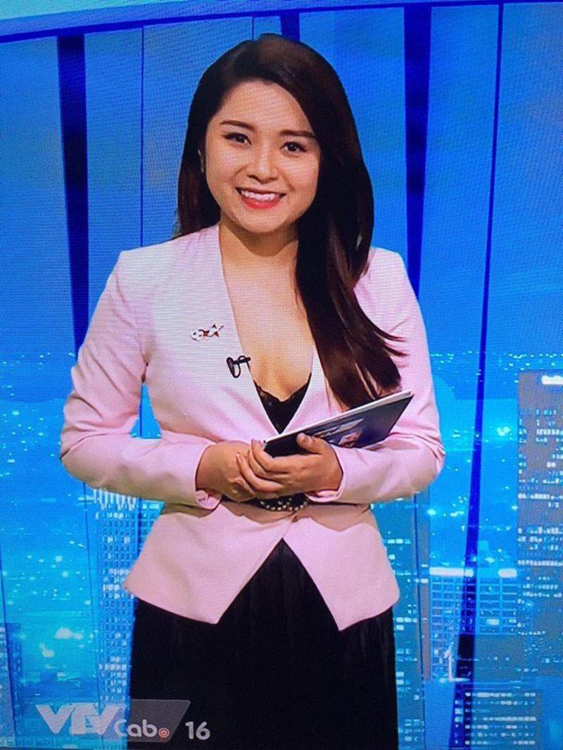 Mới đây, hình ảnh nữ MC Diệu Linh của chương trình thể thao của kênh Bóng đá TV trên truyền hình cáp gây chú ý vì thời trang khi lên sóng. Nữ MC truyền hình diện áo vest hồng bên ngoài, bên trong là chiếc áo nội y ren màu đen trễ nải.