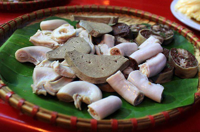 Lòng lợn tuy có hương vị hấp dẫn, ăn hợp miệngnhưng nó lại có chứa hàm lượng đạm và cholesterol xấu, có thể gây nên nhiều bệnh nguy hiểm như bệnh gout, tiểu đường vàtim mạch.