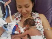 Cặp sinh đôi chào đời bé tí, mẹ tuôn nước mắt nhìn hành động của các con sau một tháng