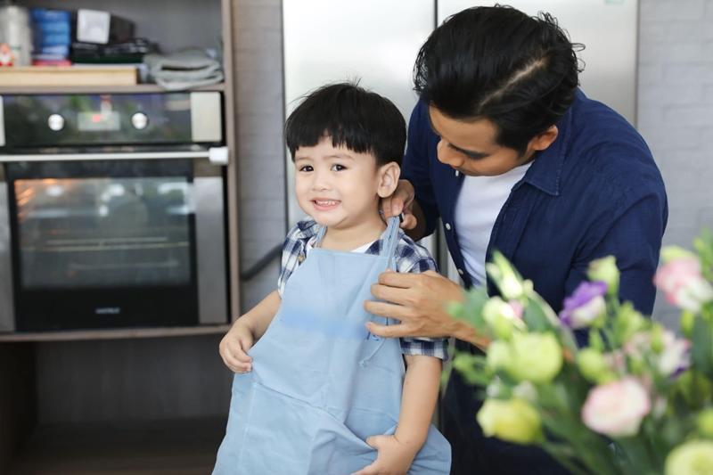 Hôm qua, ông xã Thanh Bình và cậu con trai Louis của Ngọc Lan đã cùng chuẩn bị quà 8/3 sớm cho nữ diễn viên.
