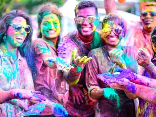 Hàng triệu người tham gia ném bột màu vào nhau trong  lễ hội đặc sắc nhất Ấn Độ