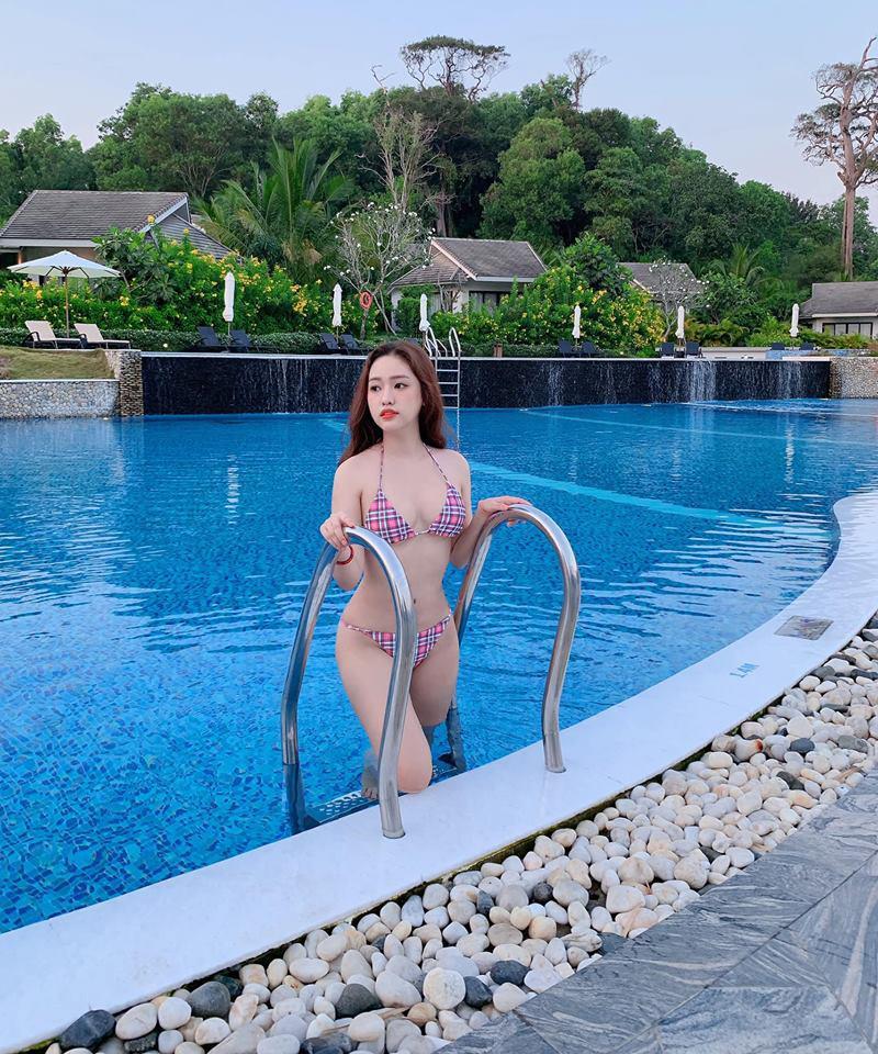 """Sau scandal tình tay ba với Phan Thành và Midu, """"hot girl Cà Mau"""" trở thành cái tên được rất nhiều người chú ý. Dù tốn rất nhiều tiền để làm đẹp, nhưng Thúy Vy vẫn chưa giữ được phong độ ổn định về ngoại hình."""