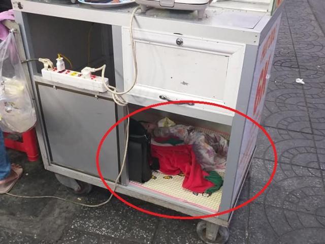 Nghẹn lòng người mẹ đặt con bú sữa dưới thùng xe mưu sinh: Chỉ có tình mẹ là vô biên!