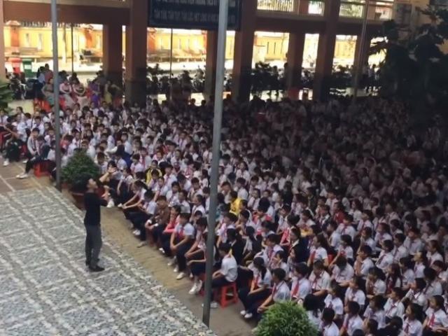 Thầy giáo hát Vì anh thương em quá đỉnh khiến học sinh đồng loạt hòa âm theo