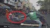 """Cảm động tài xế Grabbike lấy thân mình làm """"lá chắn"""" cho người ngồi xe lăn sang đường"""