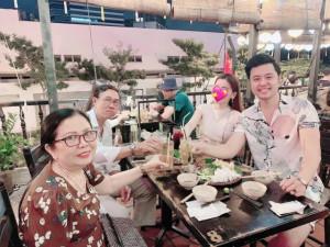"""Bỏ tình cũ đại gia hơn 32 tuổi, Vũ Hoàng Việt giới thiệu bạn gái """"bí ẩn"""" với bố mẹ"""