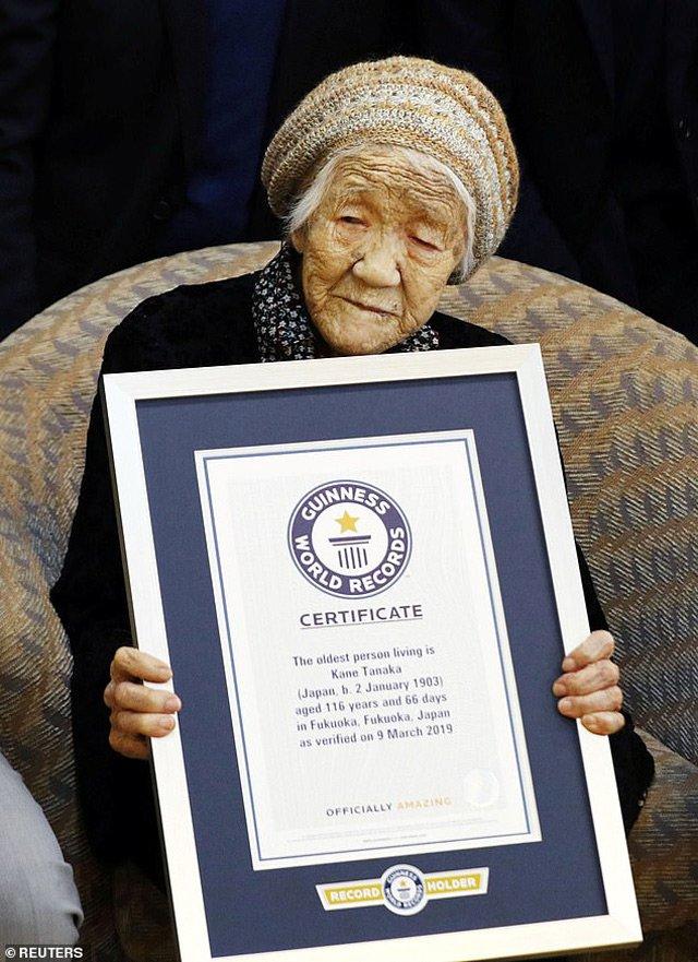 Cụ bà tự phá kỷ lục nhiều tuổi nhất thế giới, vui vẻ ăn bánh sinh nhật