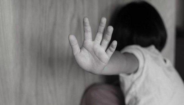 Để con gái 9 tháng ở nhà với ông nội, người mẹ sốc nặng khi kiểm tra camera