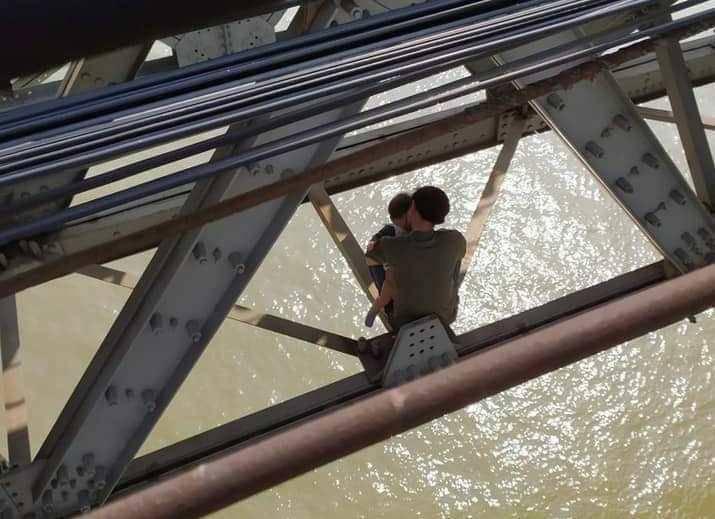 Hà Nội: Buồn chán chuyện gia đình, bố ôm con 7 tháng tuổi định tự tử ở cầu Long Biên