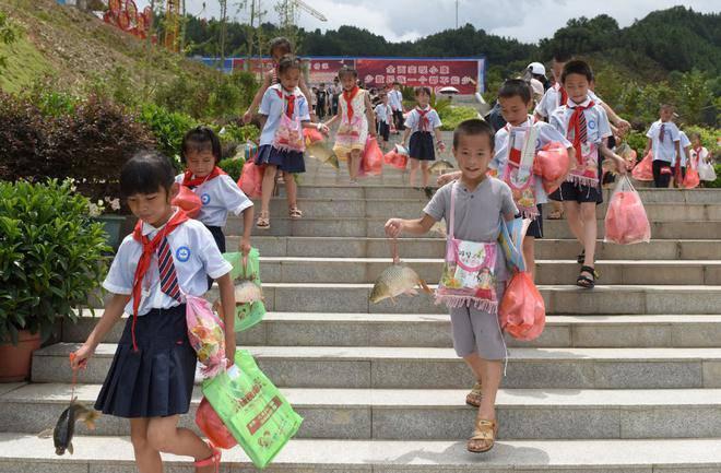 Trường học thưởng thịt lợn, cá chép cho học sinh giỏi gây bão mạng