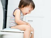 Trẻ bị táo bón kéo dài vì sao mẹ bổ sung chất xơ rất nhiều mà không khỏi?