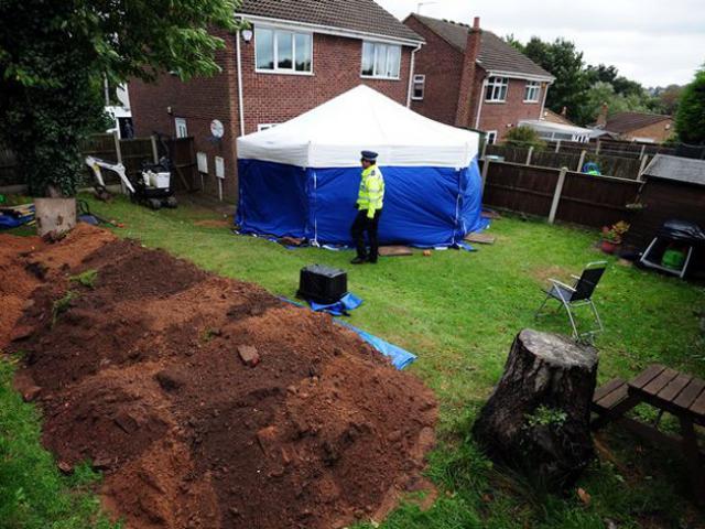 Góc vườn trồng mãi không cây nào sống, 7 năm sau người phụ nữ chết lặng khi đào lên