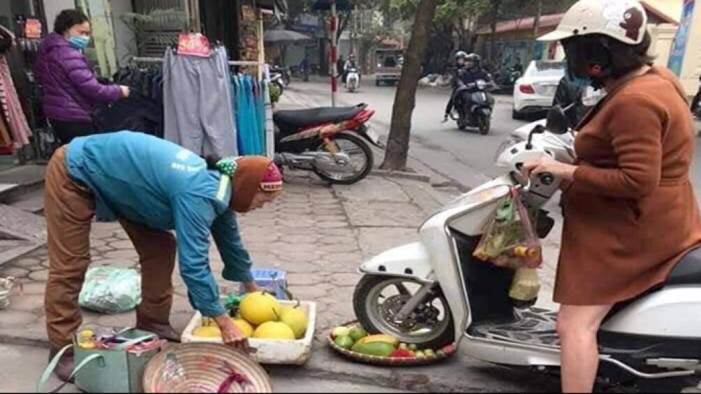 Đằng sau bức ảnh cô gái bụng bầu chèn bánh xe lên mẹt hoa quả hàng rong