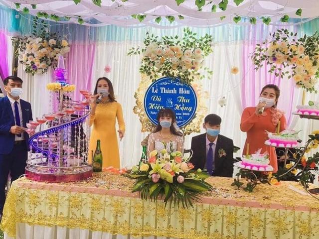Đám cưới mùa virus corona: Cô dâu chú rể, MC và ca sĩ đeo khẩu trang trong lễ thành hôn