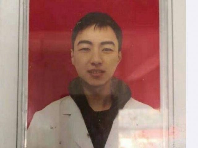 Bác sĩ 28 tuổi đột tử sau 10 ngày làm việc quá sức đối phó với dịch corona