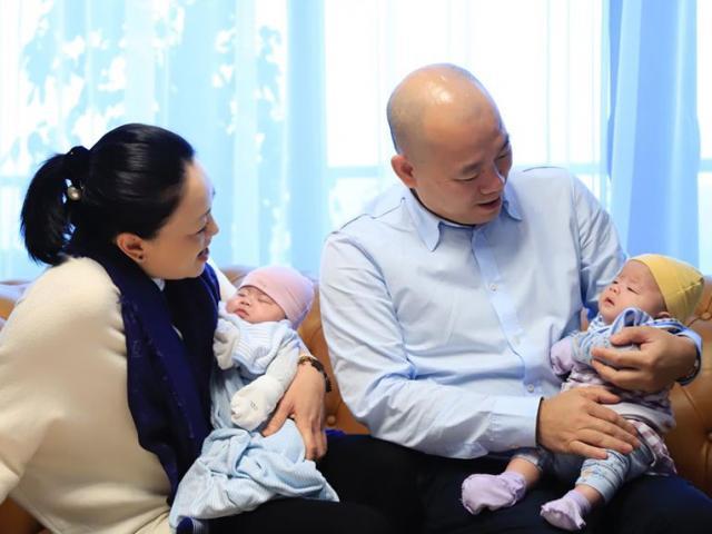 U40 sinh đôi, mẹ chồng ca nương Kiều Anh tuyên bố không cho hai con đi đâu để phòng Corona