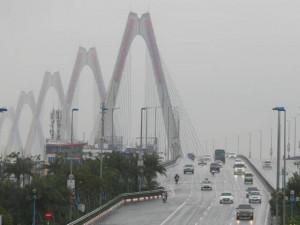 Sương mù bao trùm Hà Nội giữa trưa, ôtô phải bật đèn để di chuyển