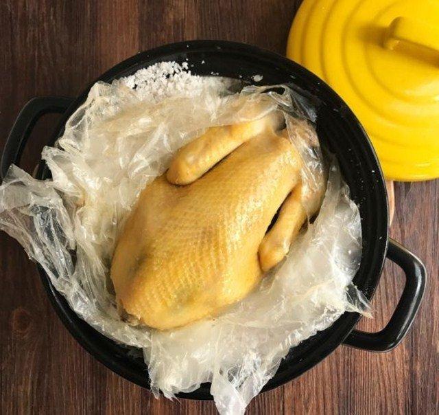 Cuối tuần làm gà nướng muối bằng nồi thơm lừng, cả nhà ăn mãi chẳng ngán