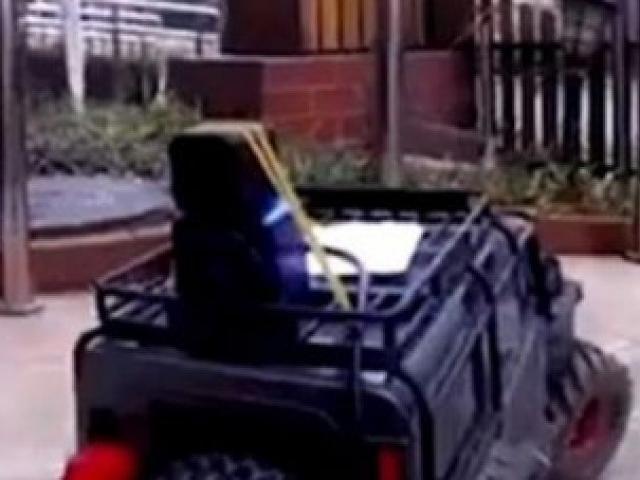 Cô gái lái xe đồ chơi đi mua thực phẩm để tránh bị lây nhiễm virus Corona