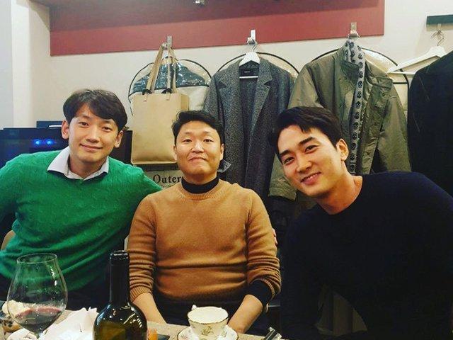 Ở chung trong 1 khung hình với Psy, Song Seung Hun, chồng của Kim Tae Hee cũng bị mắng chửi