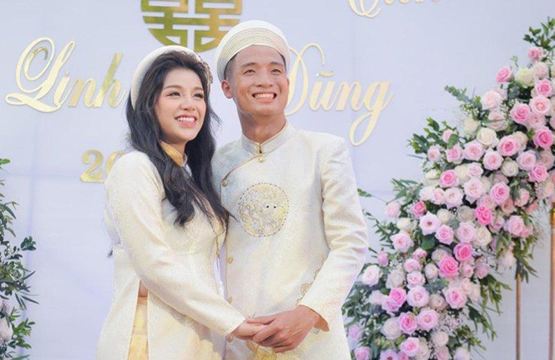 Bùi Tiến Dũng công khai hẹn hò với bạn gái Khánh Linh hồi tháng 10/2018. Đến tháng 6/2019, cặp đôi tổ chức lễ ăn hỏi và sau đó không lâu Khánh Linh cũng thừa nhận đã mang bầu.
