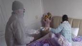 Rớt nước mắt cảnh người chồng một mình chăm sóc vợ bị nhiễm corona
