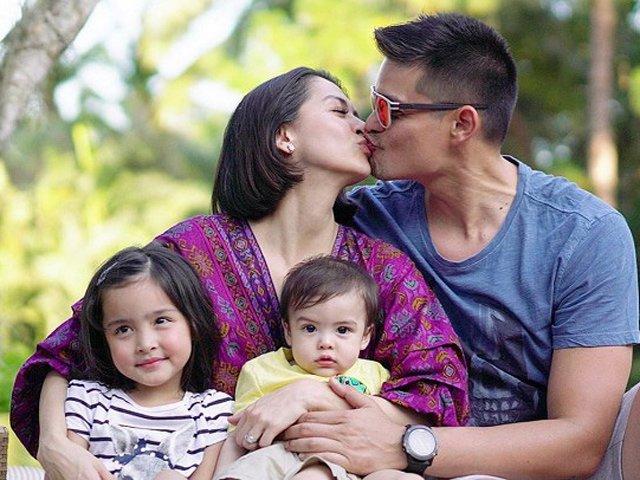 Mỹ nhân đẹp nhất Philippines khóa môi ông xã nhưng khuôn mặt của 2 con mới gây chú ý