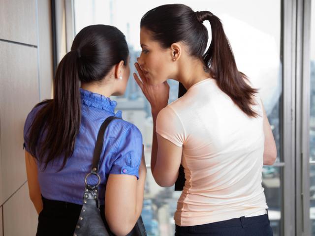 Nghệ thuật dằn mặt đồng nghiệp xấu tính, trước mặt chị chị em em, sau lưng buôn chuyện đặt điều